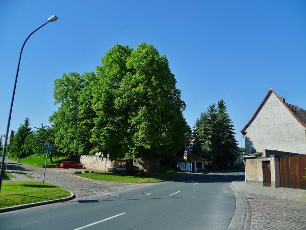 B176 direkt auf dem Dorfplatz, Bild von Manni57, 2014-05-22